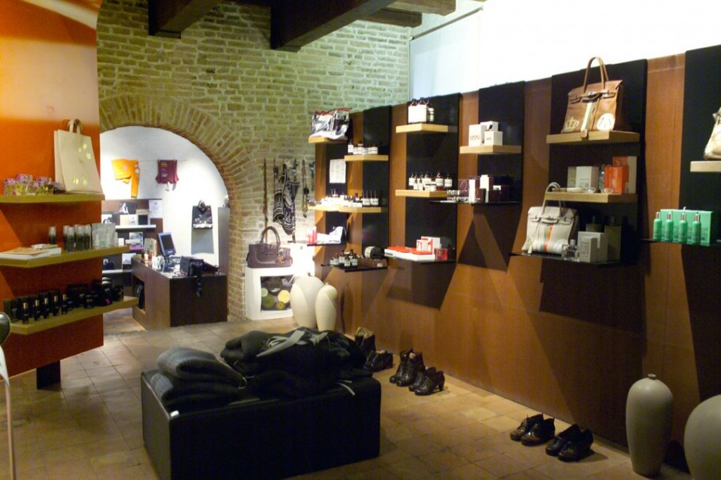10.11.2004 – Opening of the new parfums and cosmetics room